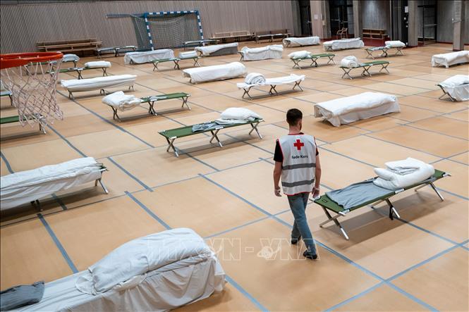 Nhân viên Chữ thập Đỏ làm việc tại một bệnh viện dã chiến điều trị cho bệnh nhân COVID-19 tại Oslo, Na Uy ngày 26/3. Ảnh: AFP/TTXVN