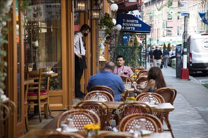 Người dân thưởng thức bữa ăn tại một nhà hàng ở Manhattan, New York (Mỹ) khi thành phố mở cửa giai đoạn 3 ngày 6/7/2020. Ảnh: THX/TTXVN