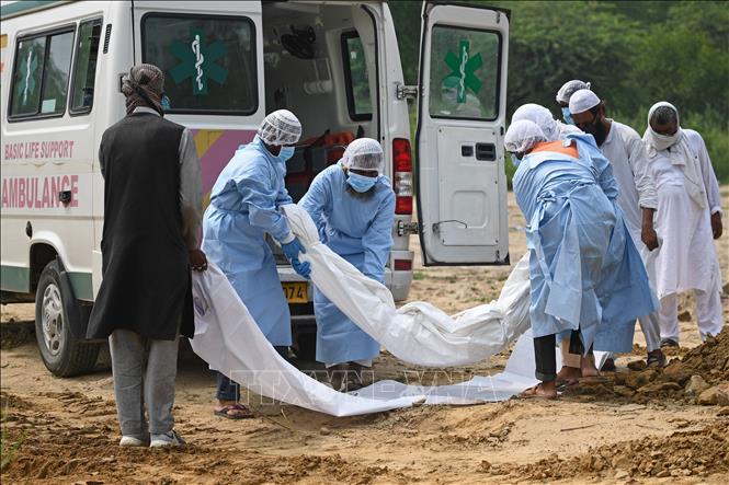 Chuyển thi thể bệnh nhân mắc COVID-19 ra nghĩa trang ở New Delhi, Ấn Độ ngày 6/7. Ảnh: AFP/TTXVN
