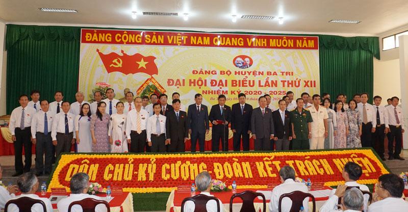 Ban Chấp hành Đảng bộ huyện Ba Tri nhiệm kỳ 2020-2025 ra mắt trước Đại hội.