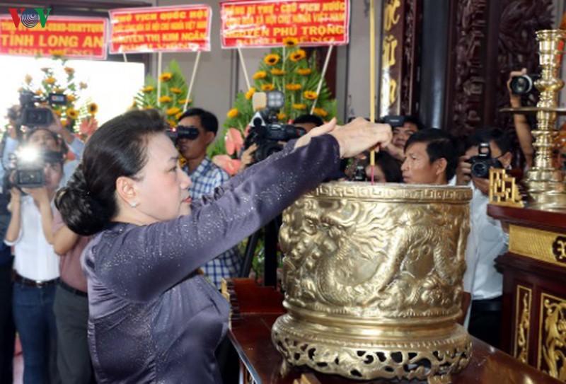 Chủ tịch Quốc hội dâng hương ông Nguyễn Hữu Thọ.