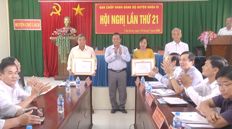 Bí thư Huyện ủy Phạm Hoàng Hiệp trao bằng khen cho các cá nhân.