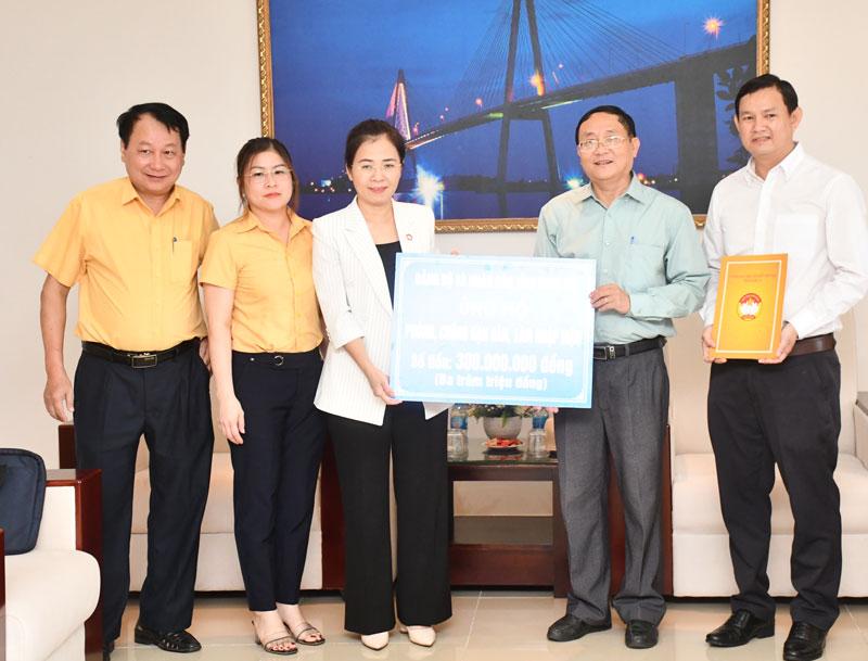 Đại diện MTTQ Việt Nam tỉnh Nghệ An trao tiền hỗ trợ