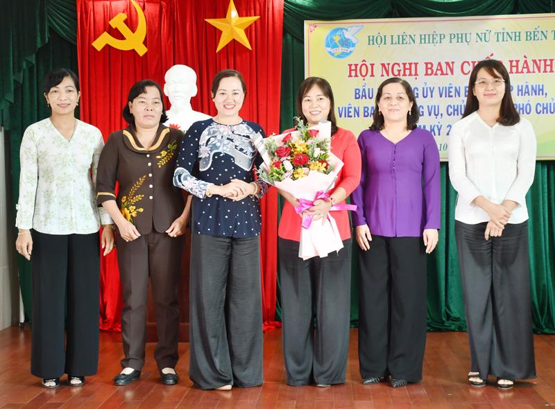 Đồng chí Phạm Thị Thanh Thảo, Phó ban Dân vận Tỉnh ủy trao hoa chức mừng