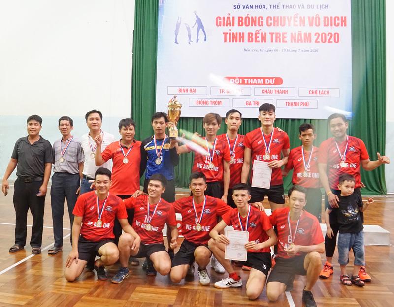 Niềm vui của đội Châu Thành khi nhận cúp vô địch mùa giải 2020. Ảnh: Ánh Nguyệt