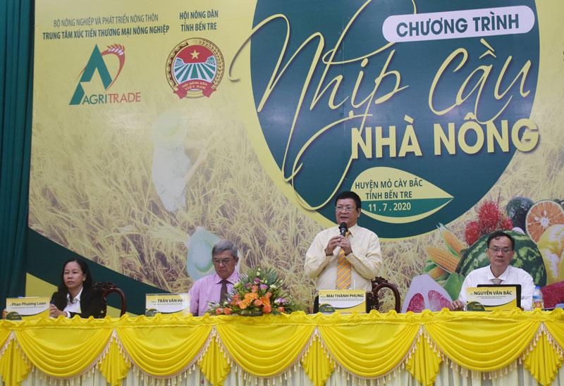 Phó giáo sư Tiến sĩ Mai Thành Phụng hướng dẫn và giải đáp thắc mắc của bà con về khôi phục cây trồng sau hạn mặn.