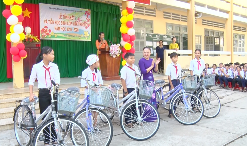 Các em học sinh được nhận xe đạp, học bổng. Ảnh: Phương Thảo.