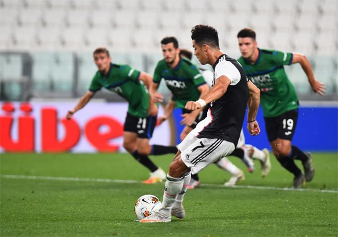 Ronaldo ghi cả 2 bàn trên chấm 11m
