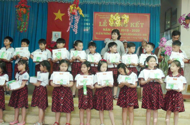Bà Nguyễn Thị Lệ Thủy trao thưởng cho học sinh. Ảnh: Thanh Tuấn.