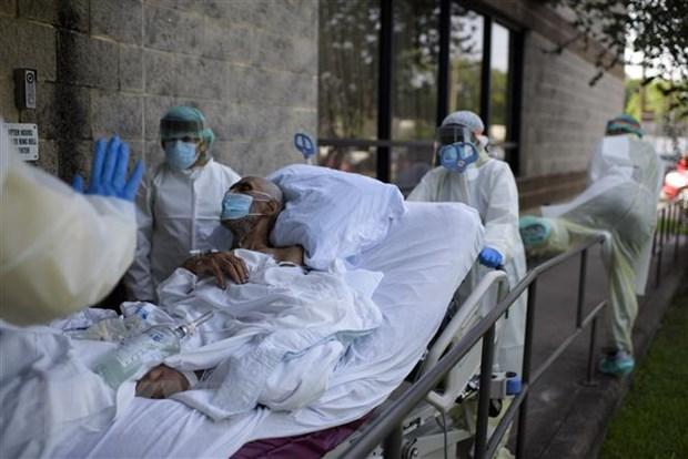 Nhân viên y tế chuyển bệnh nhân COVID-29 tại trung tâm y tế ở Houston, Texas, Mỹ. (Ảnh: AFP/TTXVN)