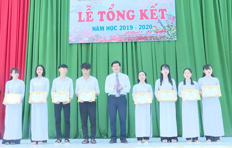 Trao giấy khen cho học sinh. Ảnh: Văn Minh.