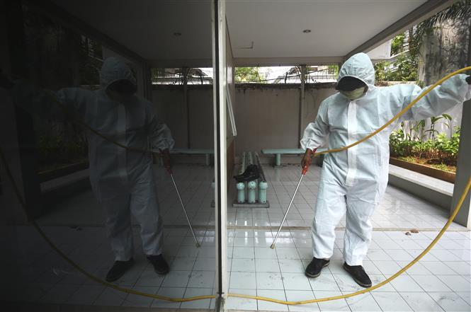 Phun thuốc khử trùng nhằm ngăn chặn sự lây lan của COVID-19 tại một trường học ở Jakarta, Indonesia, ngày 9-7-2020. Ảnh: THX/ TTXVN