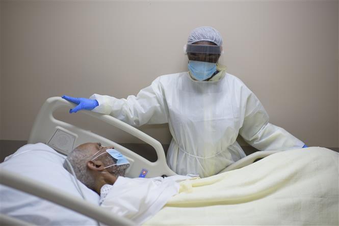 Nhân viên y tế chăm sóc bệnh nhân nhiễm COVID-19 tại trung tâm y tế ở Houston, bang Texas, Mỹ ngày 2-7-2020. Ảnh: AFP/TTXVN