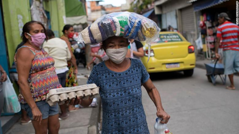 Một người giao thực phẩm ở Rio de Janeiro, Brazil. Ảnh: AP