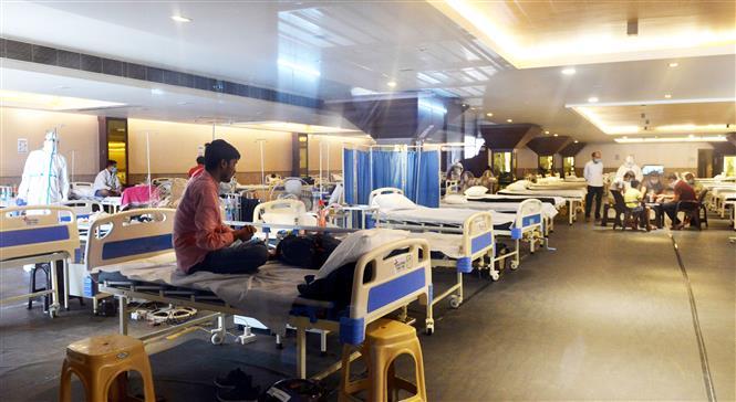 Bệnh nhân COVID-19 được điều trị tại bệnh viện dã chiến ở New Delhi, Ấn Độ, ngày 5-7-2020. Ảnh: THX/ TTXVN