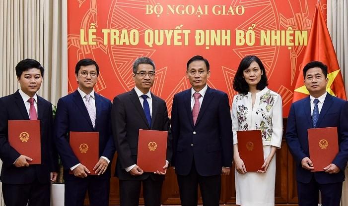 Thứ trưởng Bộ Ngoại giao Lê Hoài Trung trao quyết định và chúc mừng các cán bộ được bổ nhiệm chức vụ mới.