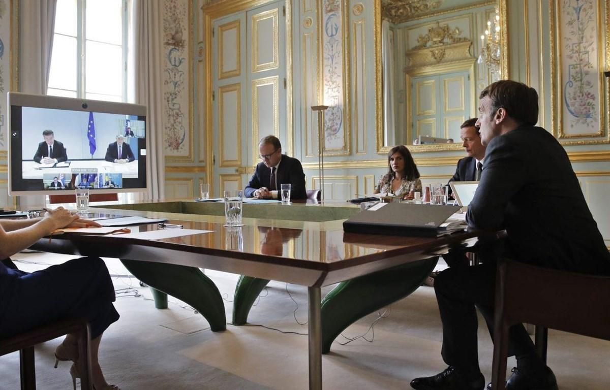 Tổng thống Pháp Emmanuel Macron tham dự cuộc hội đàm trực tuyến với Tổng thống Serbia Aleksandar Vucic và người đứng đầu chính quyền Kosovo Avdullah Hoti tại Paris ngày 10-7-2020. Nguồn: EPA