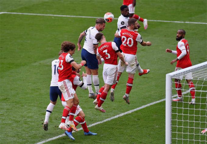 Tình huống phạt góc dẫn đến bàn thắng thứ 2 của Tottenham