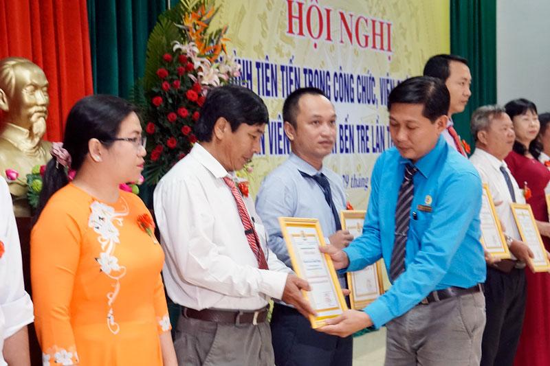 Công đoàn Viên chức tỉnh khen thưởng cho các cá nhân, tập thể.