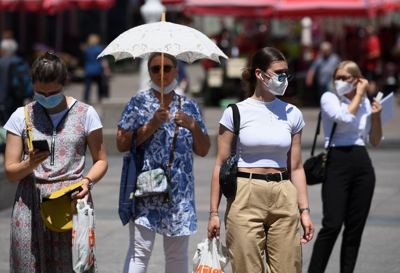 Người dân đeo khẩu trang phòng lây nhiễm COVID-19 tại Zagreb, Croatia, ngày 10-7-2020. Ảnh: THX/ TTXVN