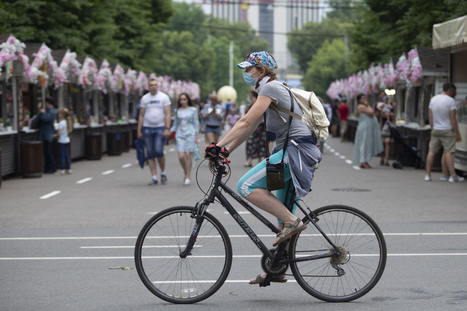 Người dân đeo khẩu trang phòng lây nhiễm COVID-19 tại Moskva, Nga, ngày 4-7-2020. Ảnh: THX/ TTXVN