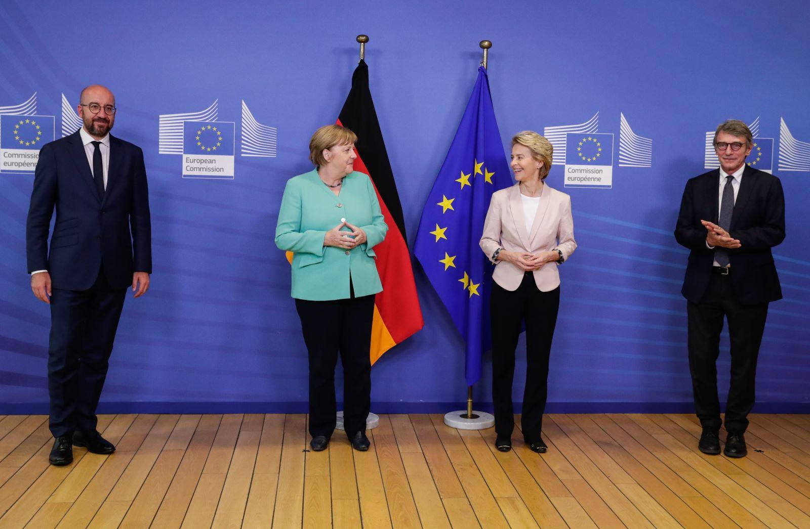 Trong ảnh (từ trái sang): Chủ tịch Hội đồng châu Âu Charles Michel, Thủ tướng Đức Angela Merkel, Chủ tịch Ủy ban châu Âu Ursula von der Leyen và Chủ tịch Nghị viện châu David Sassoli trong cuộc gặp tại Brussels, Bỉ, ngày 8-7-2020. Ảnh: AFP/TTXVN