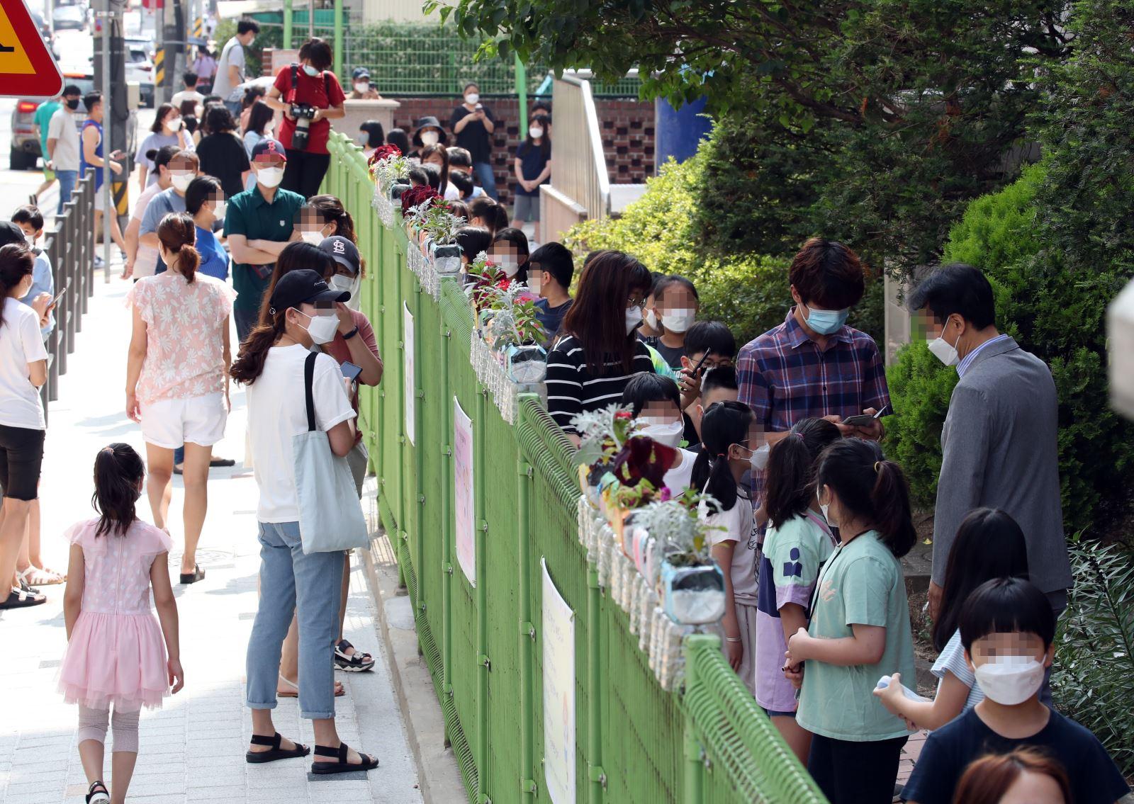 Học sinh tiểu học xếp hàng chờ xét nghiệm COVID-19 tại Joongnang, Hàn Quốc, ngày 5-7-2020. Ảnh: Yonhap/TTXVN