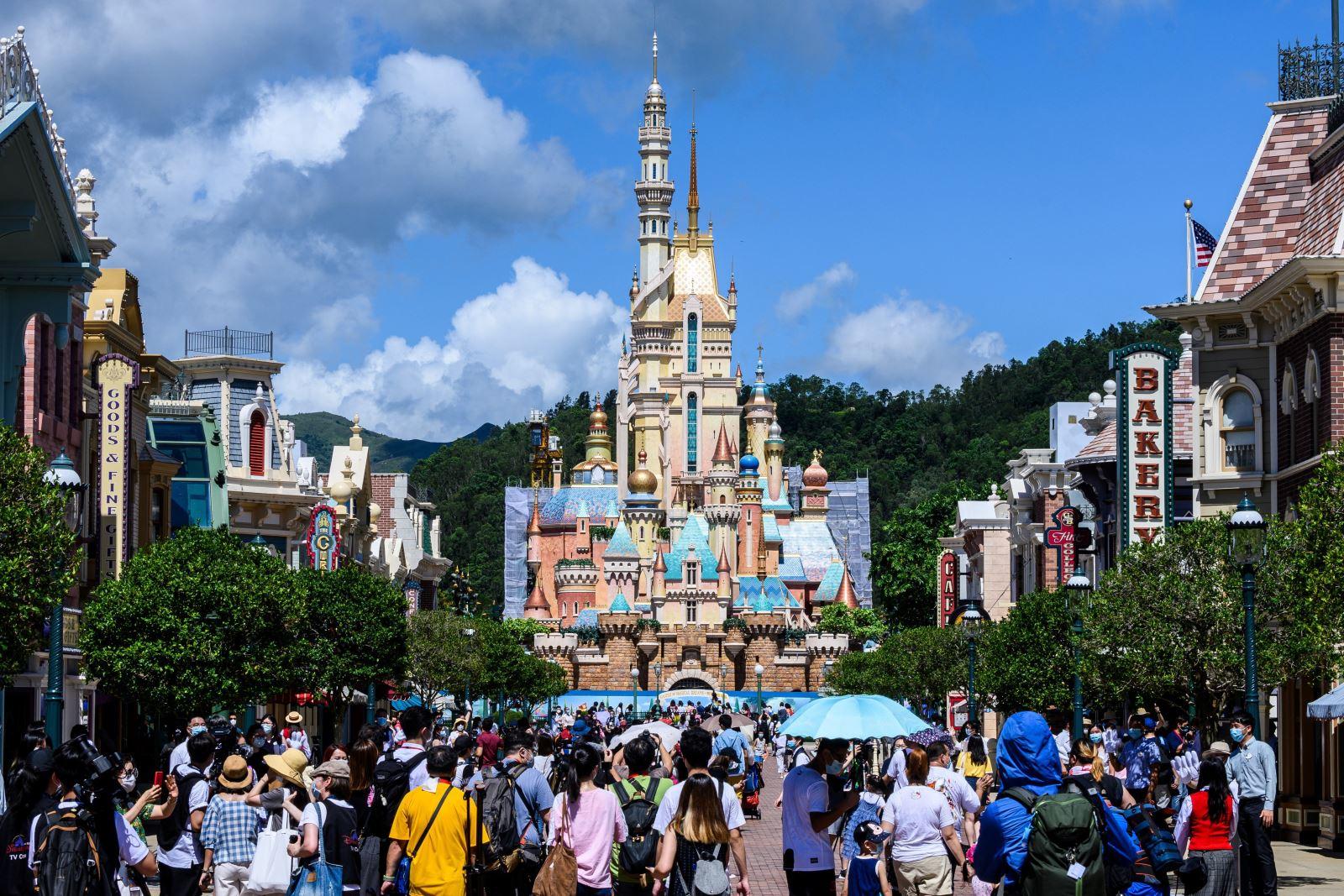 Du khách thăm quan công viên Disneyland vừa được mở cửa lại ở Hong Kong (Trung Quốc) ngày 18-6-2020. Ảnh: AFP/TTXVN