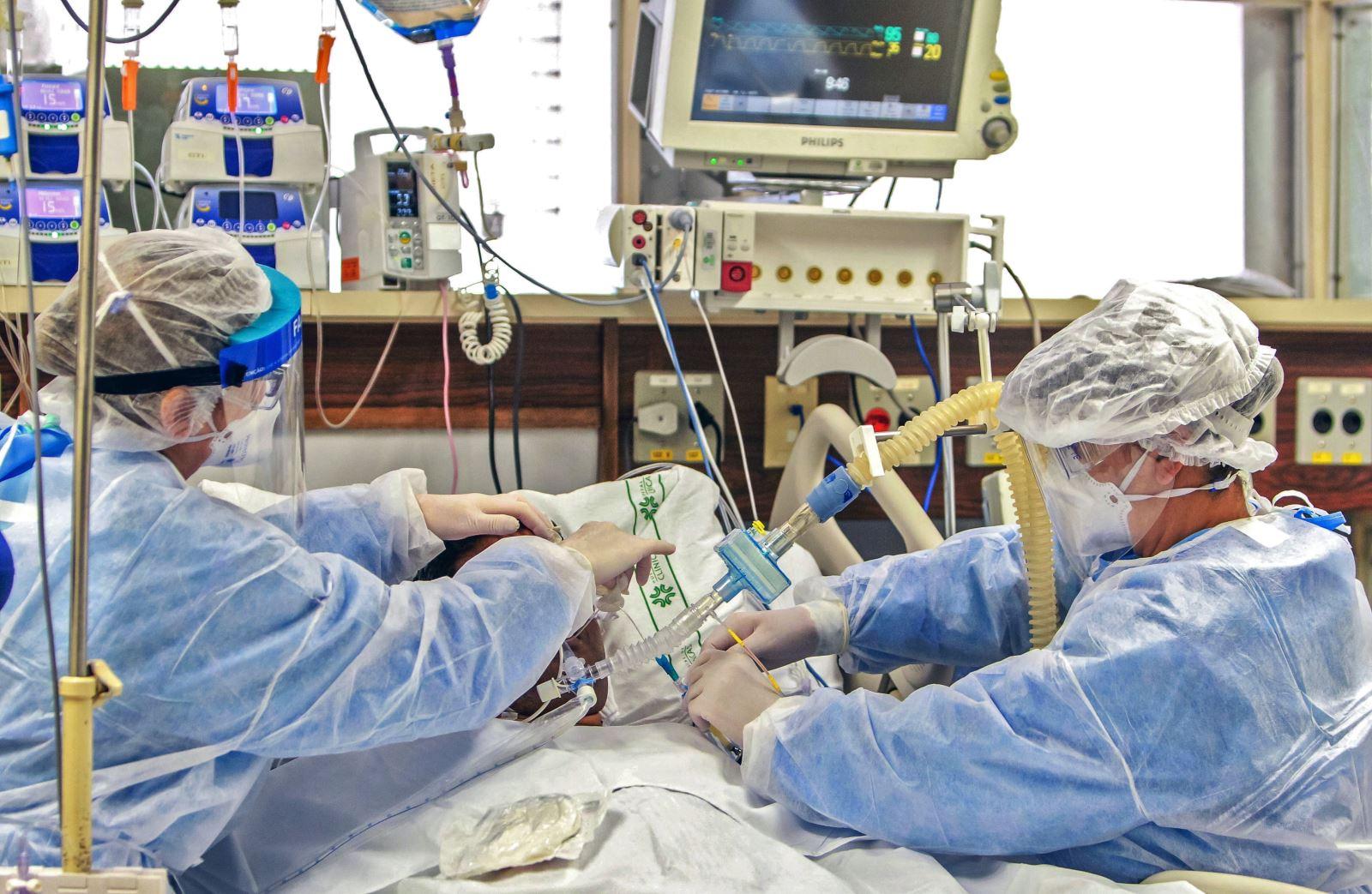 Điều trị cho bệnh nhân COVID-19 tại bệnh viện ở Porto Alegre, Brazil ngày 15-4-2020. Ảnh: AFP/TTXVN