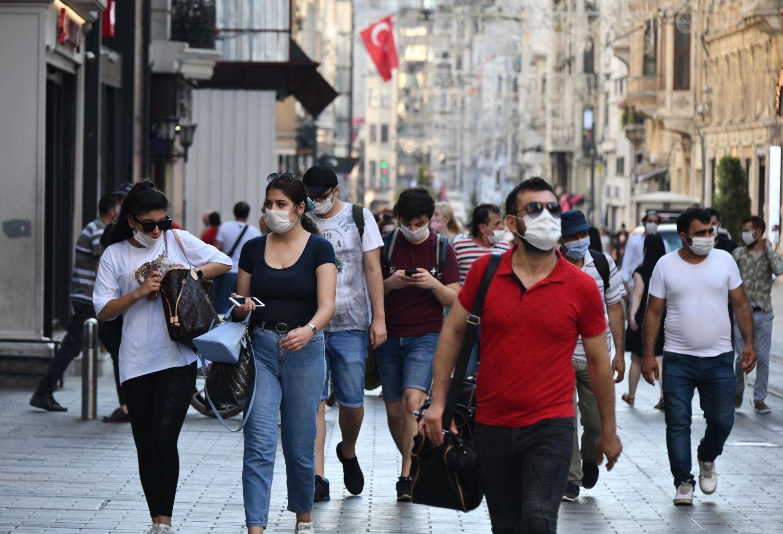 Người dân đeo khẩu trang phòng dịch COVID-19 tại Istanbul, Thổ Nhĩ Kỳ ngày 1-7-2020. Ảnh: THX/TTXVN