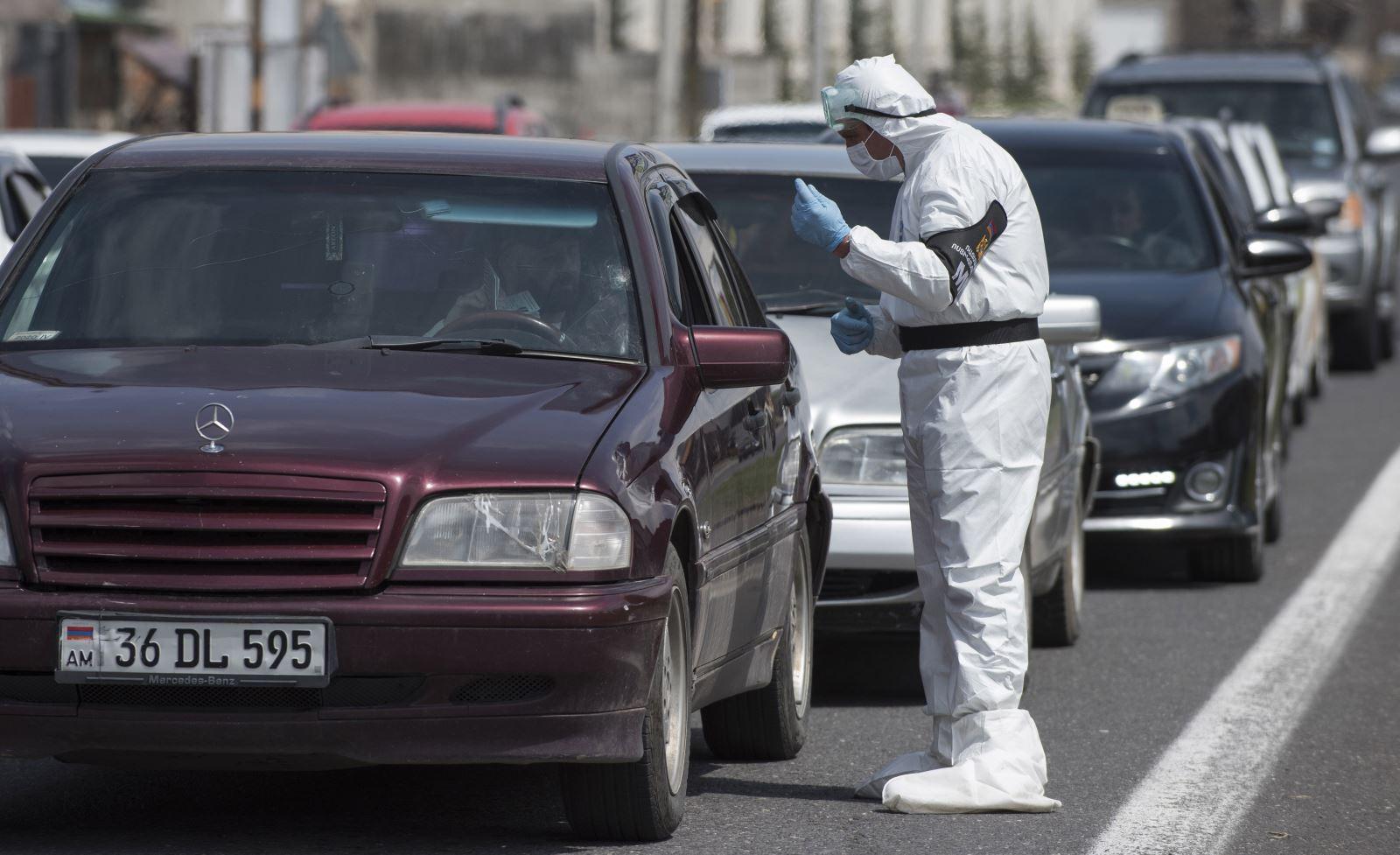 Cảnh sát Armenia kiểm tra các phương tiện giao thông tại Yerevan trong bối cảnh dịch COVID-19 lan rộng ngày 12-4-2020. Ảnh: AFP/TTXVN