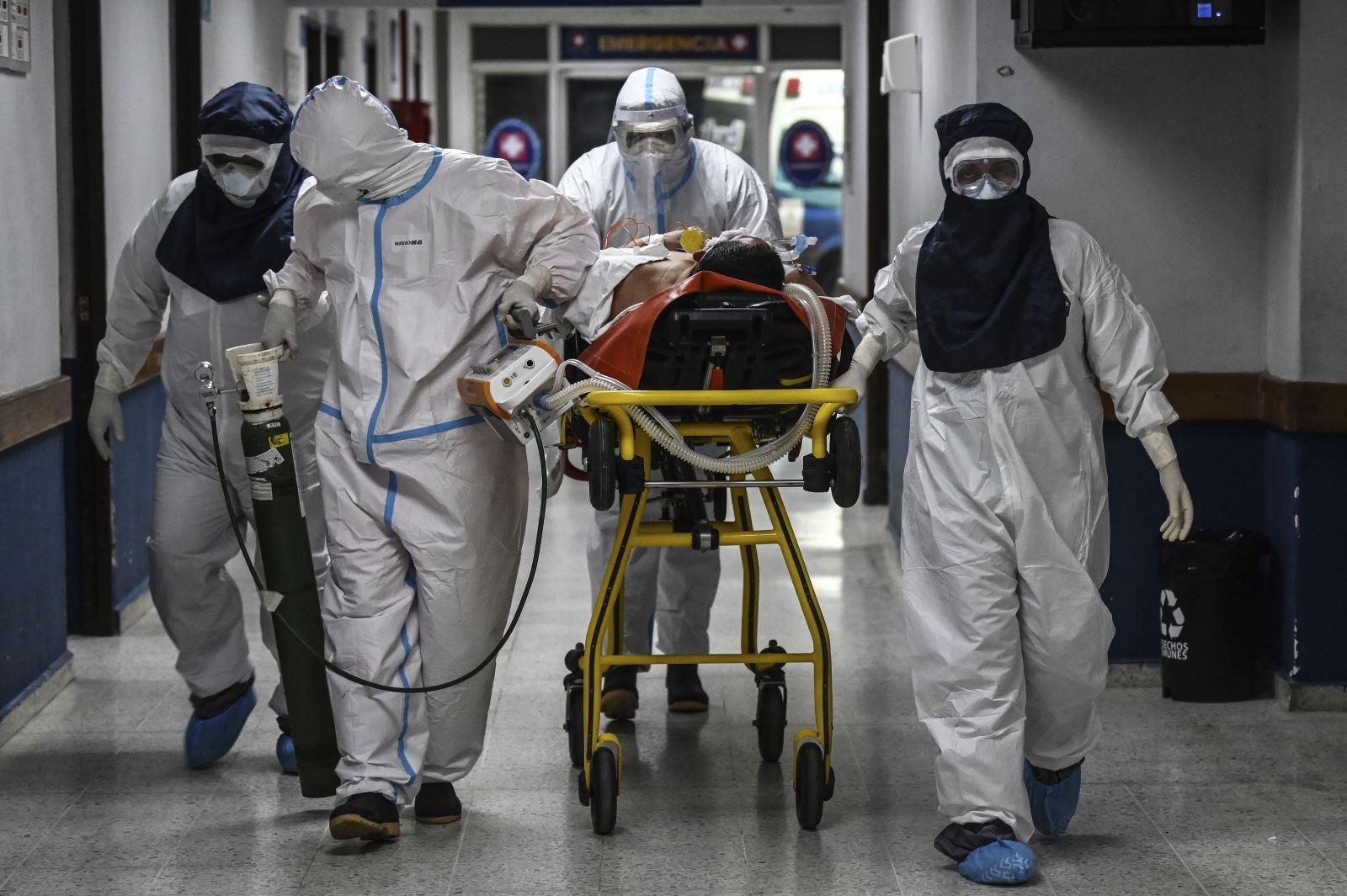 Chuyển bệnh nhân nhiễm COVID-19 tới bệnh viện ở Santa Tecla, El Salvador. Ảnh: AFP/TTXVN
