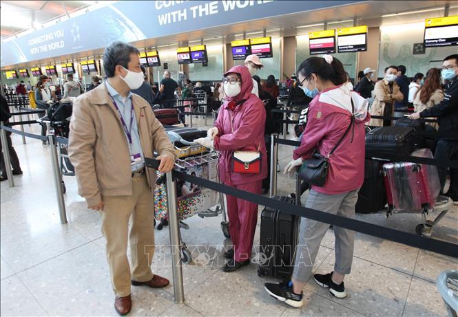Đại sứ Việt Nam tại Anh Trần Ngọc An thăm hỏi các công dân Việt Nam đang chờ làm thủ tục lên máy bay về nước tại sân bay Heathrow. Ảnh: Đình Thư/Pv TTXVN tại Anh
