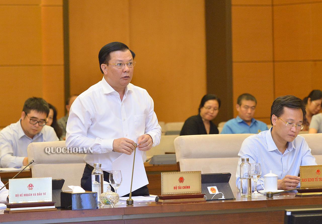 Bộ trưởng Bộ Tài chính Đinh Tiến Dũng trình bày Tờ trình.