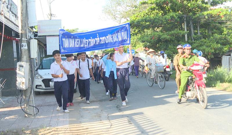 Chạy Olympic ở xã Tân Phong. Ảnh: Văn Minh.