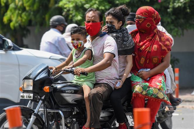 Người dân đeo khẩu trang phòng lây nhiễm COVID-19 tại Amritsar, Ấn Độ. Ảnh: AFP/TTXVN