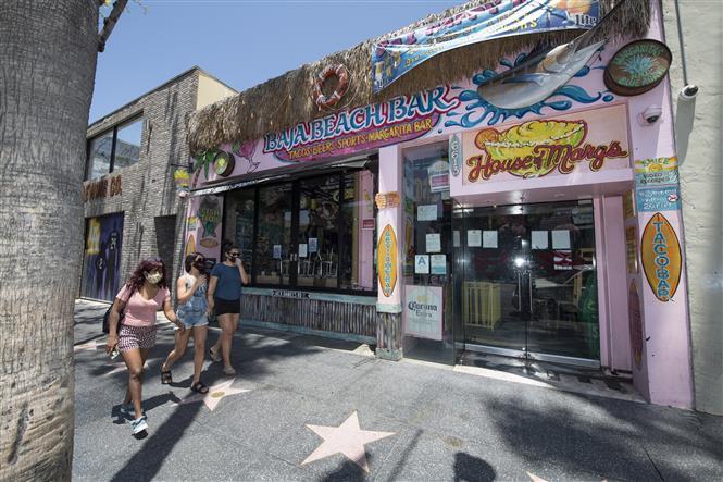 Một quán bar đóng cửa do dịch COVID-19 tại Hollywood, bang California, Mỹ ngày 30-6-2020. Ảnh: AFP/TTXVN