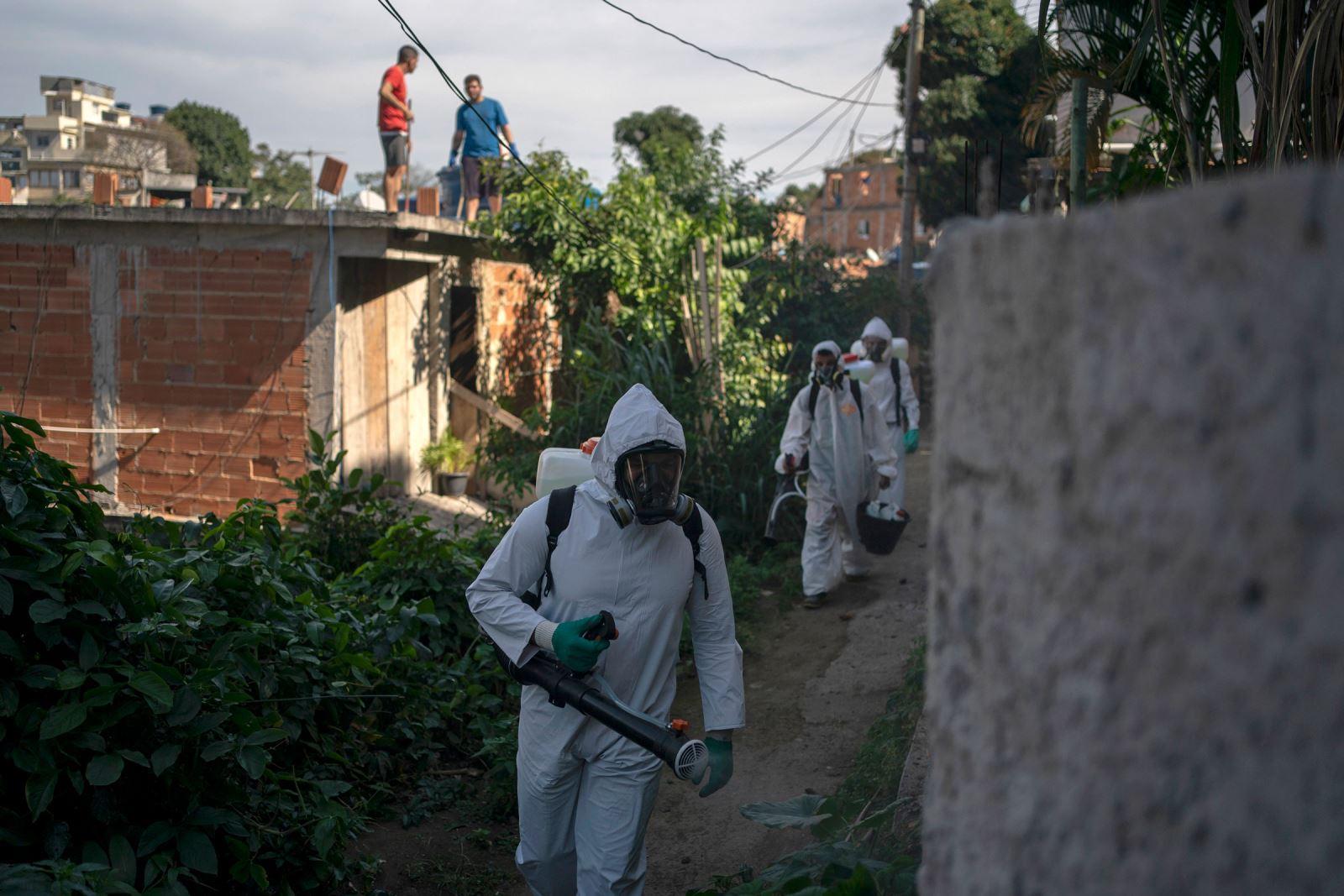 Phun thuốc khử khuẩn ở Rio de Janeiro. Ảnh: AP