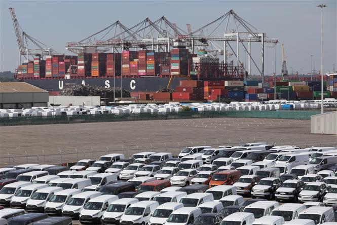 Ô tô mới và hàng hóa được xếp tại cảng Southampton, Anh, ngày 8-5-2020. Ảnh: THX/ TTXVN
