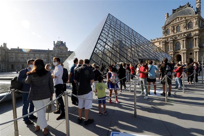 Người dân thăm quan Viện Bảo tàng Louvre ở Paris, Pháp trong ngày mở cửa lại đầu tiên sau thời gian dịch COVID-19 bùng phát mạnh, ngày 6-7-2020. Ảnh: AFP/TTXVN