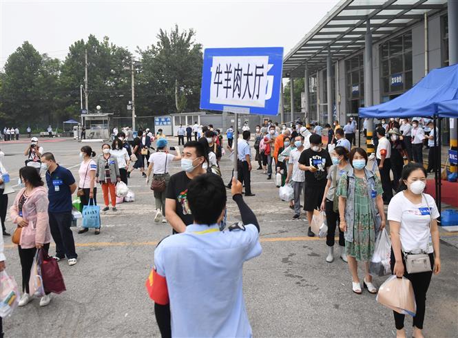 Người dân rời khỏi một cơ sở cách ly COVID-19 sau khi hoàn thành thời gian cách ly tại Bắc Kinh, Trung Quốc, ngày 11-7-2020. Ảnh: THX/TTXVN