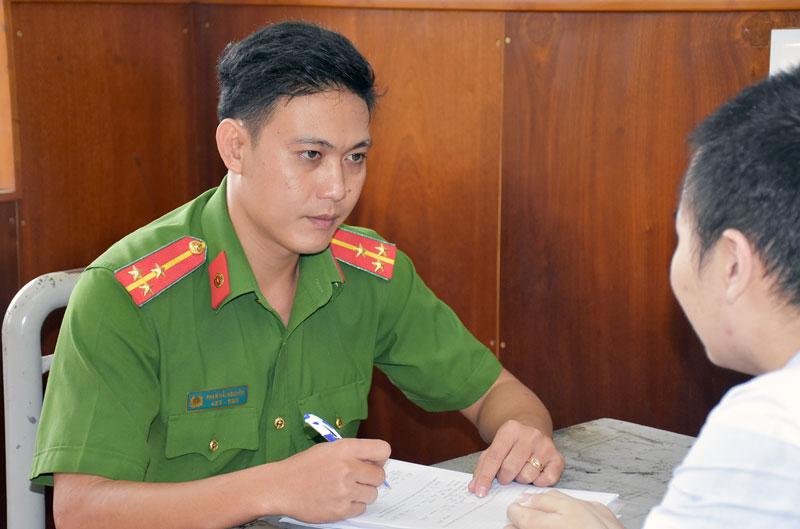 Thượng úy Phạm Hải Nguyên hỏi cung bị can.