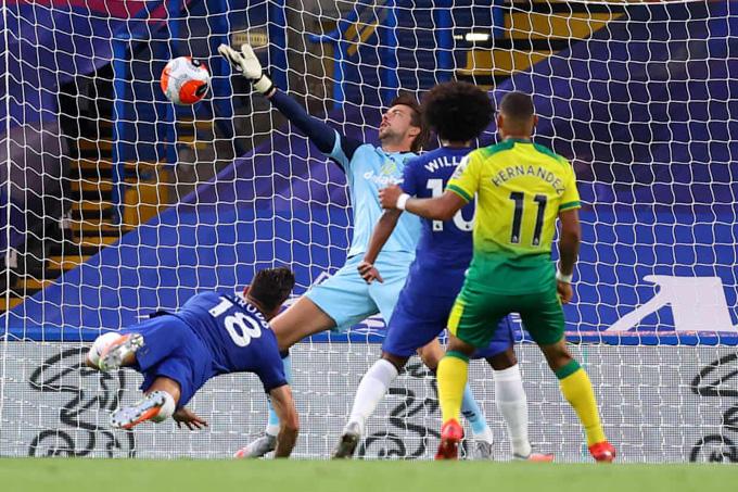 Giroud bay người đánh đầu ghi bàn thắng duy nhất cho Chelsea