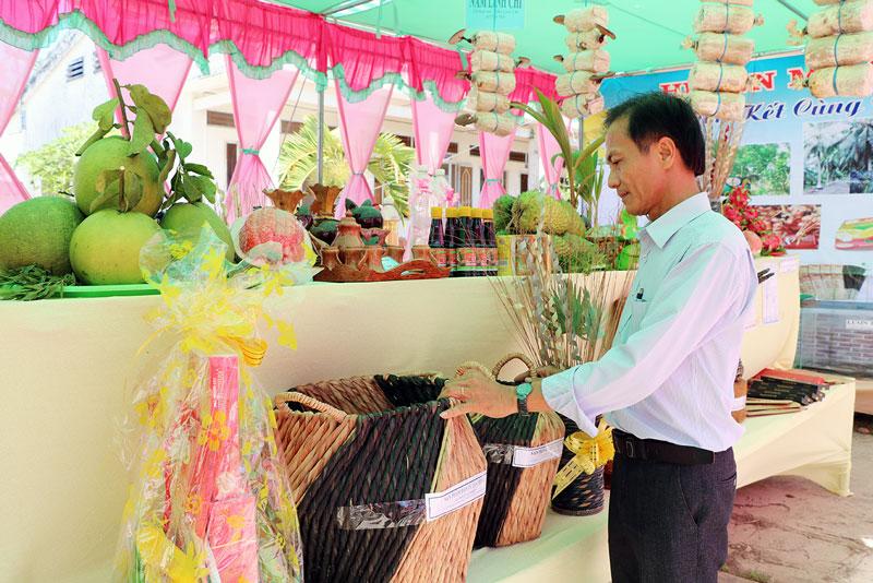 Sản phẩm tiểu thủ công nghiệp là thế mạnh của huyện Mỏ Cày Nam. Ảnh: T. Thảo