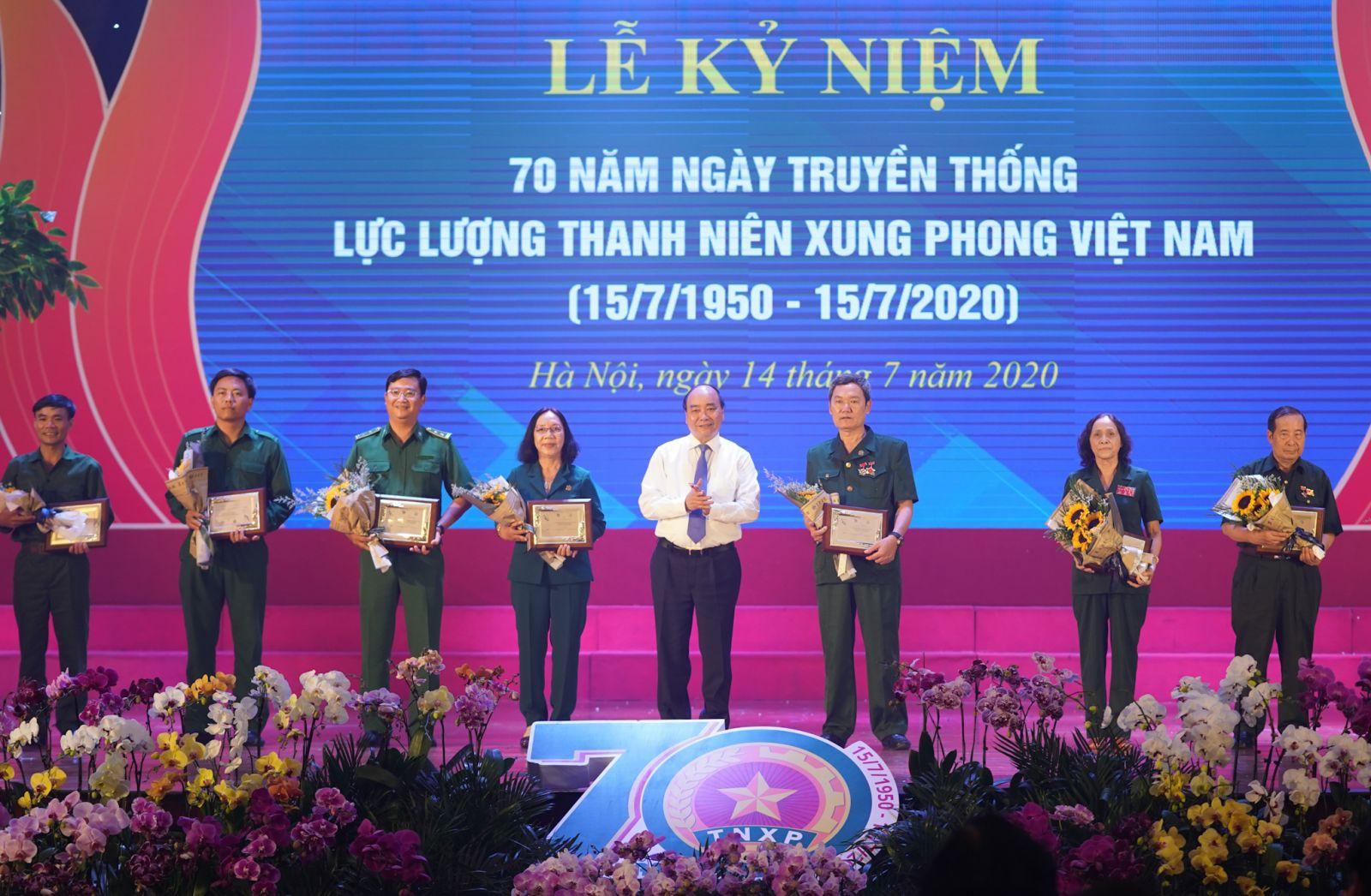 Thủ tướng Nguyễn Xuân Phúc tặng biểu trưng tôn vinh các TNXP điển hình tiêu biểu qua các thời kỳ. Ảnh: VGP/Quang Hiếu