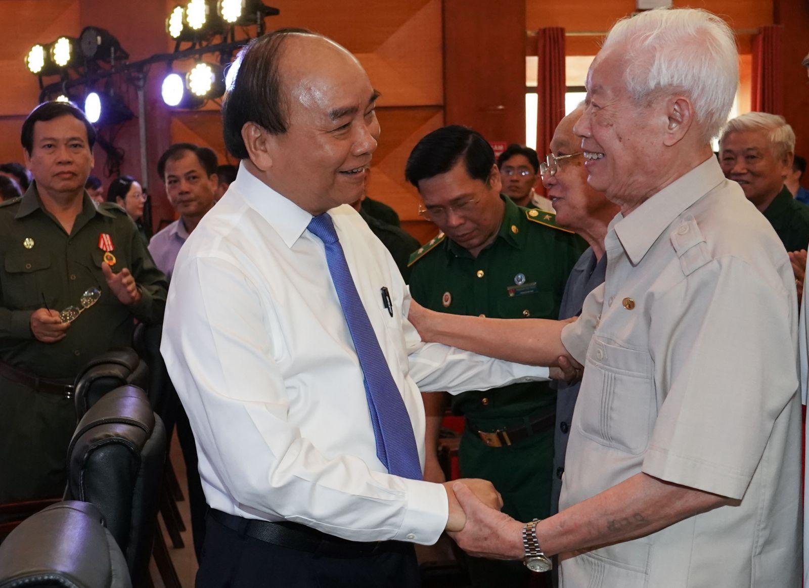 Thủ tướng thăm hỏi các cựu TNXP. Ảnh: VGP/Quang Hiếu