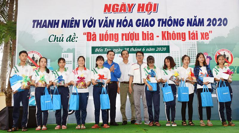 Tỉnh Đoàn phối hợp tổ chức Ngày hội Thanh niên với văn hóa giao thông ở Mỏ Cày Nam.