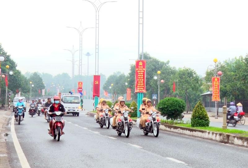 Lực lượng chức năng ra quân thực hiện nhiệm vụ đảm bảo ANTT, ATGT trên các tuyến đường. Ảnh: Phương Thảo