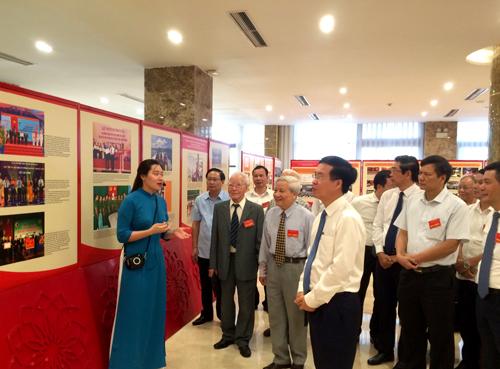 Trưởng Ban Tuyên giáo Trung ương Võ Văn Thưởng và các đại biểu dự Hội thảo thăm quan Triển lãm 90 năm ngành Tuyên giáo của Đảng. Ảnh: VGP/Nguyễn Hoàng