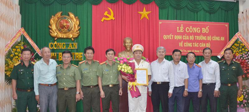 Các đại biểu chụp ảnh lưu niệm cùng thượng tá Võ Công Bình.
